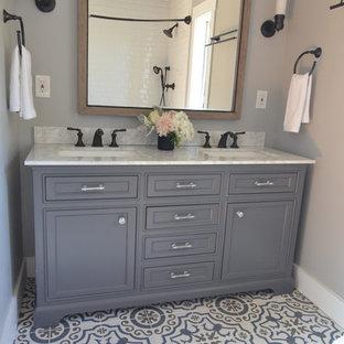Immagine di una stanza da bagno padronale classica di medie dimensioni con ante con riquadro incassato, ante grigie, pareti grigie, pavimento con cementine, lavabo sottopiano, top in marmo e pavimento blu
