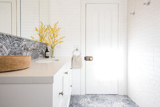 neues familienbad in melbourne – mit ornamentfliesen und hellen möbeln, Hause ideen