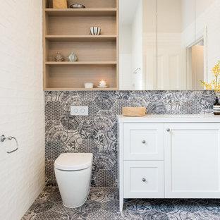 Immagine di una stanza da bagno chic di medie dimensioni con ante bianche, lavabo sottopiano, top in quarzo composito, pareti bianche, pavimento in gres porcellanato, WC monopezzo, piastrelle grigie e ante in stile shaker