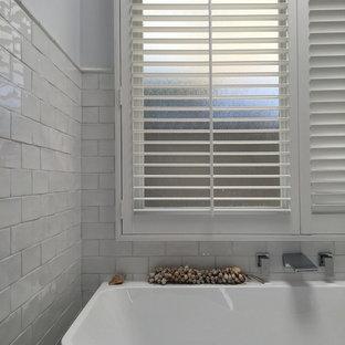 Mittelgroßes Modernes Kinderbad mit Schrankfronten im Shaker-Stil, weißen Schränken, freistehender Badewanne, weißen Fliesen, Terrakottafliesen, weißer Wandfarbe, Keramikboden und Terrazzo-Waschbecken/Waschtisch in Sydney