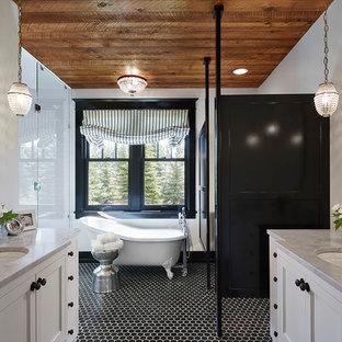 Стильный дизайн: главная ванная комната в стиле современная классика с врезной раковиной, фасадами с утопленной филенкой, белыми фасадами, мраморной столешницей, ванной на ножках, плиткой мозаикой, белыми стенами, полом из мозаичной плитки, черно-белой плиткой, черным полом, душем в нише и душем с распашными дверями - последний тренд