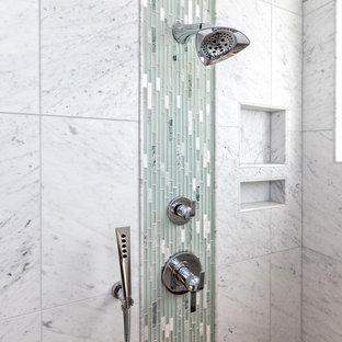 Ispirazione per una stanza da bagno padronale classica di medie dimensioni con doccia ad angolo, porta doccia a battente, ante in stile shaker, ante bianche, vasca freestanding, WC monopezzo, piastrelle beige, piastrelle in ceramica, pareti verdi, pavimento con piastrelle a mosaico, lavabo sottopiano, top in granito, pavimento bianco e top verde