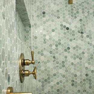 Imagen de cuarto de baño moderno con ducha abierta, baldosas y/o azulejos verdes, baldosas y/o azulejos de piedra y paredes verdes