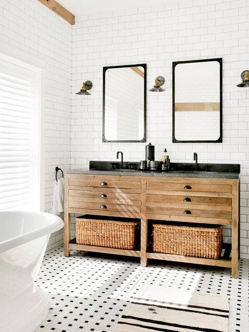 Großes Landhausstil Badezimmer En Suite Mit Verzierten Schränken, Braunen  Schränken, Freistehender Badewanne, Weißen