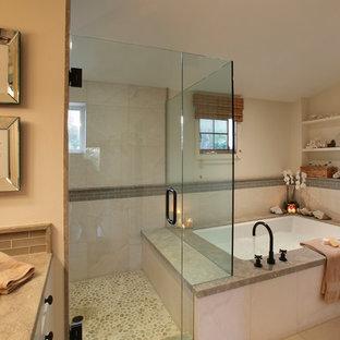 Foto di una grande stanza da bagno padronale tradizionale con doccia alcova, pavimento con piastrelle di ciottoli, ante bianche, piastrelle di vetro, pareti beige, lavabo sottopiano, top in granito, piastrelle beige, vasca sottopiano, pavimento beige e porta doccia a battente