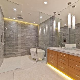 Foto di una stanza da bagno stile rurale con vasca freestanding e piastrelle in pietra
