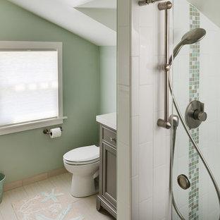 Diseño de cuarto de baño con ducha, de estilo americano, pequeño, con armarios con paneles empotrados, ducha empotrada, sanitario de dos piezas, baldosas y/o azulejos grises, baldosas y/o azulejos de cerámica, paredes verdes, suelo de baldosas de porcelana, lavabo bajoencimera y encimera de cuarzo compacto