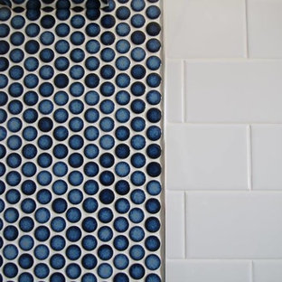 Imagen de cuarto de baño minimalista, pequeño, con armarios con paneles lisos, puertas de armario blancas, bañera empotrada, combinación de ducha y bañera, sanitario de una pieza, baldosas y/o azulejos blancos, baldosas y/o azulejos de porcelana, paredes azules, suelo de baldosas de porcelana, lavabo integrado y encimera de cuarzo compacto