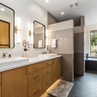 Foto di una stanza da bagno padronale contemporanea di medie dimensioni con ante lisce, vasca da incasso, piastrelle grigie, piastrelle in ceramica, pareti bianche, pavimento in cementine, lavabo a bacinella, top in quarzo composito, pavimento grigio, top bianco e ante in legno chiaro