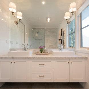 Inspiration pour une salle de bain principale traditionnelle avec un placard à porte shaker, des portes de placard blanches, un carrelage blanc, un carrelage métro, un plan de toilette en marbre, un sol gris, une niche, meuble double vasque, meuble-lavabo suspendu et un plafond en bois.