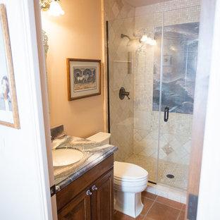 Foto di una grande stanza da bagno con doccia american style con ante con bugna sagomata, ante in legno scuro, doccia aperta, WC monopezzo, piastrelle bianche, piastrelle in travertino, pareti beige, pavimento in terracotta, lavabo da incasso, top in granito, pavimento arancione e porta doccia scorrevole