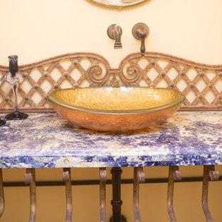 Immagine di una grande stanza da bagno con doccia stile americano con ante con bugna sagomata, ante in legno scuro, doccia aperta, WC monopezzo, piastrelle in terracotta, pareti beige, pavimento in terracotta, lavabo a bacinella, top in granito, pavimento arancione e porta doccia scorrevole