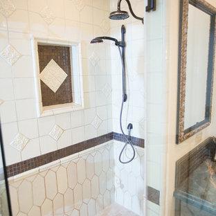 Foto di una grande stanza da bagno padronale american style con ante con bugna sagomata, ante grigie, vasca da incasso, doccia alcova, WC monopezzo, piastrelle bianche, piastrelle in ceramica, pareti beige, pavimento in terracotta, lavabo da incasso, top in granito, pavimento arancione e porta doccia a battente