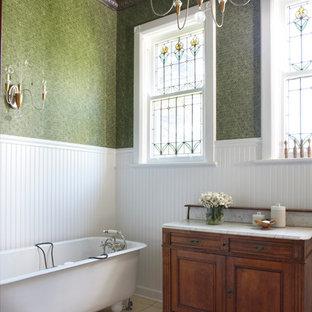 Foto di una stanza da bagno vittoriana con vasca con piedi a zampa di leone, piastrelle verdi e pareti verdi