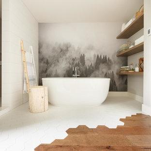 Immagine di una stanza da bagno padronale bohémian con nessun'anta, ante in legno scuro, vasca freestanding, piastrelle grigie, piastrelle bianche, pareti multicolore, pavimento multicolore e doccia aperta
