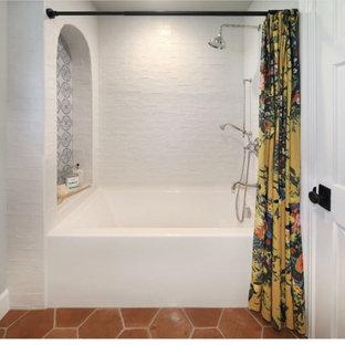 Idéer för ett mellanstort lantligt vit badrum med dusch, med skåp i shakerstil, skåp i ljust trä, ett badkar i en alkov, en dusch/badkar-kombination, vit kakel, keramikplattor, grå väggar, klinkergolv i terrakotta, ett undermonterad handfat, bänkskiva i kvarts, orange golv och dusch med duschdraperi