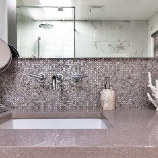 Diseño de cuarto de baño principal, contemporáneo, extra grande, con armarios con paneles lisos, puertas de armario de madera en tonos medios, bañera exenta, ducha empotrada, baldosas y/o azulejos blancos, baldosas y/o azulejos de mármol, paredes blancas, lavabo bajoencimera, encimera de granito, ducha con puerta con bisagras y encimeras moradas