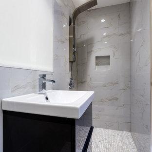 Esempio di una stanza da bagno padronale design di medie dimensioni con ante nere, doccia aperta, WC monopezzo, piastrelle grigie, piastrelle di ciottoli, pareti multicolore, pavimento con piastrelle di ciottoli, top in marmo, ante lisce e lavabo da incasso