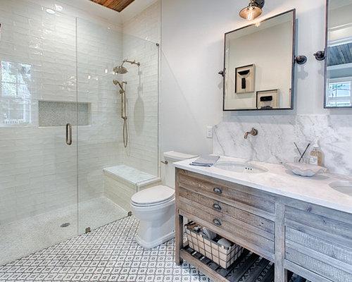 Landhaus Duschbad Mit Hellbraunen Holzschränken, Verzierten Schränken,  Bodengleicher Dusche, Weißen Fliesen, Weißer