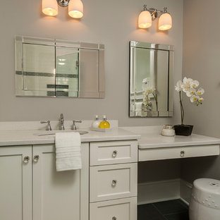 Esempio di un'ampia stanza da bagno vittoriana con lavabo sottopiano, ante in stile shaker, ante bianche, top in quarzo composito, pareti grigie, pavimento in gres porcellanato e top bianco