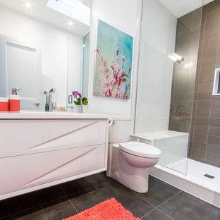トロントの中サイズのコンテンポラリースタイルのおしゃれな子供用バスルーム (オープンシェルフ、白いキャビネット、アルコーブ型シャワー、一体型トイレ、グレーのタイル、磁器タイル、白い壁、磁器タイルの床、アンダーカウンター洗面器、人工大理石カウンター、グレーの床、白い洗面カウンター) の写真
