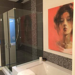 Idee per una stanza da bagno padronale minimalista di medie dimensioni con vasca sottopiano, doccia alcova, pistrelle in bianco e nero, piastrelle grigie, piastrelle di vetro, pareti beige, pavimento in gres porcellanato, pavimento grigio e porta doccia a battente