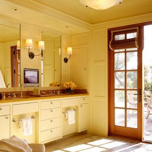 Ispirazione per una stanza da bagno tradizionale con lavabo sottopiano, ante lisce e ante bianche