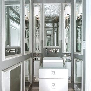 Kleines Klassisches Duschbad mit flächenbündigen Schrankfronten, weißen Schränken, Spiegelfliesen, grauer Wandfarbe, Marmorboden, Aufsatzwaschbecken, Glaswaschbecken/Glaswaschtisch und grauem Boden in Sonstige