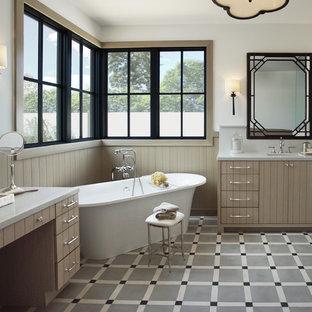 Immagine di una stanza da bagno padronale tradizionale con ante beige, vasca freestanding, pareti bianche, lavabo sottopiano, pavimento multicolore e top grigio