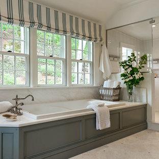 Idee per una grande stanza da bagno padronale country con ante in stile shaker, ante verdi, vasca da incasso, doccia alcova, pareti bianche, pavimento con piastrelle in ceramica, lavabo sottopiano, top in marmo, pavimento beige e porta doccia a battente