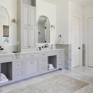 Источник вдохновения для домашнего уюта: огромная главная ванная комната в морском стиле с серыми фасадами, плиткой кабанчик, мраморной столешницей, белой столешницей, белыми стенами, мраморным полом, врезной раковиной, белым полом и фасадами с утопленной филенкой
