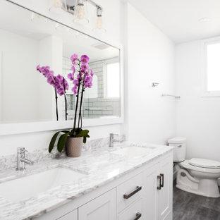 Idéer för att renovera ett stort vintage grå grått badrum med dusch, med skåp i shakerstil, vita skåp, en toalettstol med separat cisternkåpa, vita väggar, ett undermonterad handfat och grått golv