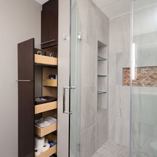 Bild på ett mellanstort funkis en-suite badrum, med släta luckor, skåp i mörkt trä, en kantlös dusch, en toalettstol med hel cisternkåpa, grå kakel, stenkakel, grå väggar, klinkergolv i keramik, ett nedsänkt handfat och bänkskiva i kvartsit