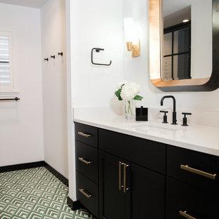 Idéer för ett mellanstort klassiskt vit badrum, med skåp i shakerstil, svarta skåp, en dusch i en alkov, svart kakel, vita väggar, klinkergolv i porslin, ett undermonterad handfat, bänkskiva i kvartsit, grönt golv och dusch med gångjärnsdörr