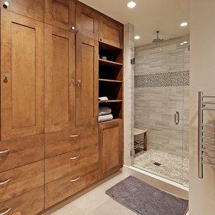 シアトルの中サイズのコンテンポラリースタイルのおしゃれなマスターバスルーム (中間色木目調キャビネット、置き型浴槽、アルコーブ型シャワー、グレーのタイル、白いタイル、セラミックタイル、ベージュの壁、セラミックタイルの床、アンダーカウンター洗面器、シェーカースタイル扉のキャビネット、珪岩の洗面台) の写真