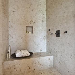 Esempio di una grande stanza da bagno padronale contemporanea con piastrelle beige, doccia alcova, pavimento in pietra calcarea, piastrelle in travertino, panca da doccia e nicchia