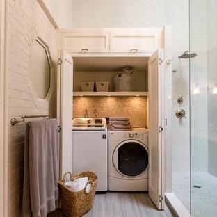 Inspiration för ett mellanstort vintage badrum, med skåp i shakerstil, svarta skåp, en hörndusch, en toalettstol med hel cisternkåpa, beige kakel, porslinskakel, ett undermonterad handfat, bänkskiva i onyx, grått golv, grå väggar, klinkergolv i porslin och med dusch som är öppen