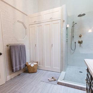 Modelo de cuarto de baño principal, clásico renovado, de tamaño medio, con armarios estilo shaker, puertas de armario negras, ducha esquinera, baldosas y/o azulejos beige, baldosas y/o azulejos de porcelana, paredes grises, suelo de baldosas de porcelana, lavabo bajoencimera, sanitario de una pieza, encimera de ónix y ducha abierta