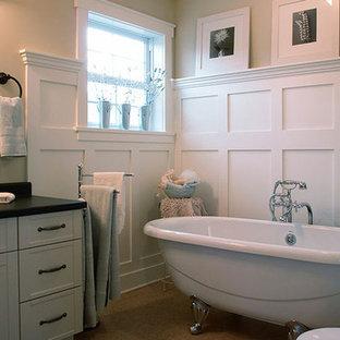 Idee per una stanza da bagno padronale tradizionale di medie dimensioni con ante in stile shaker, ante bianche, vasca con piedi a zampa di leone, pareti beige, pavimento in sughero, lavabo da incasso, top in quarzo composito e pavimento marrone