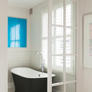 Foto di una stanza da bagno scandinava di medie dimensioni con vasca freestanding e pareti bianche