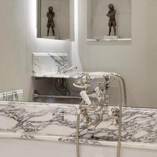 Esempio di una piccola stanza da bagno per bambini bohémian con ante lisce, ante bianche, vasca da incasso, vasca/doccia, WC a due pezzi, piastrelle grigie, piastrelle a specchio, pareti grigie, pavimento in legno massello medio, lavabo da incasso, top in marmo, pavimento marrone e top grigio