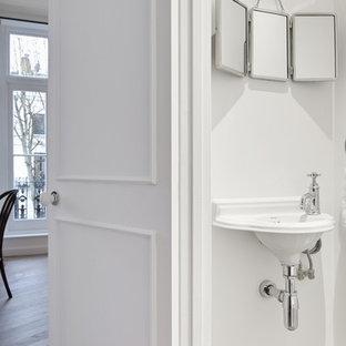 Diseño de cuarto de baño principal, tradicional, pequeño, con armarios tipo vitrina, puertas de armario blancas, sanitario de una pieza, baldosas y/o azulejos blancos, paredes blancas, suelo de azulejos de cemento, lavabo tipo consola, suelo multicolor y encimeras blancas