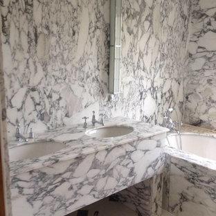 Ispirazione per una stanza da bagno padronale nordica di medie dimensioni con WC monopezzo, pistrelle in bianco e nero, lastra di pietra, pavimento in marmo, lavabo sottopiano e top in marmo