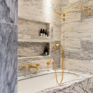 Modelo de cuarto de baño principal, bohemio, grande, con bañera empotrada, ducha empotrada, baldosas y/o azulejos grises, baldosas y/o azulejos de mármol, paredes grises, suelo de mármol, encimera de azulejos, suelo gris, ducha abierta y encimeras grises