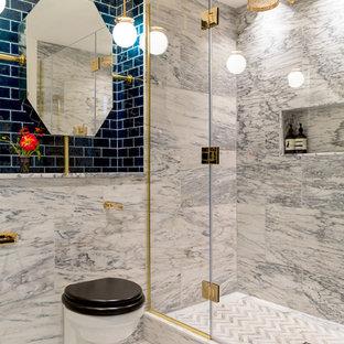 Großes Stilmix Badezimmer En Suite mit Badewanne in Nische, Toilette mit Aufsatzspülkasten, grauen Fliesen, Marmorfliesen, grauer Wandfarbe, Marmorboden, gefliestem Waschtisch, grauem Boden, Falttür-Duschabtrennung, grauer Waschtischplatte und offener Dusche in London