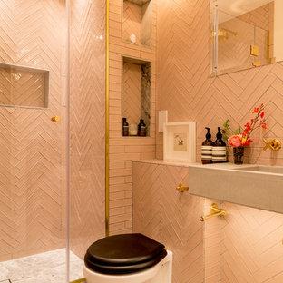 На фото: с высоким бюджетом большие детские ванные комнаты в стиле фьюжн с накладной ванной, душем в нише, унитазом-моноблоком, розовой плиткой, керамической плиткой, розовыми стенами, мраморным полом, раковиной с несколькими смесителями, столешницей из плитки, серым полом, душем с распашными дверями и розовой столешницей
