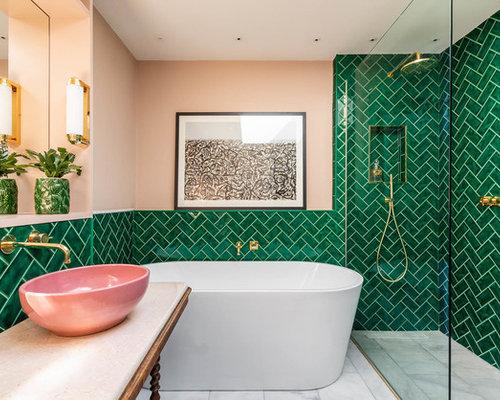 Stanza da bagno con piastrelle verdi e pareti rosa foto idee