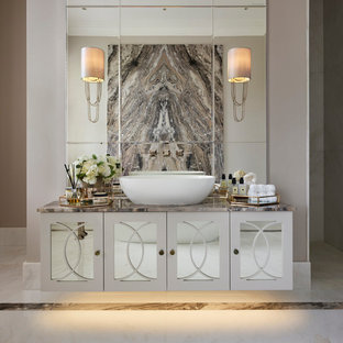 Inredning av ett modernt stort badrum, med luckor med infälld panel, spegel istället för kakel, ett fristående handfat, marmorbänkskiva, vitt golv, vita skåp och grå väggar