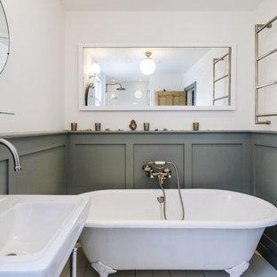 ロンドンの中くらいのヴィクトリアン調のおしゃれな子供用バスルーム (コンソール型シンク、落し込みパネル扉のキャビネット、グレーのキャビネット、木製洗面台、猫足バスタブ、アルコーブ型シャワー、分離型トイレ、白いタイル、磁器タイル、白い壁、塗装フローリング) の写真