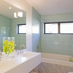 modern bathroom by Vanillawood